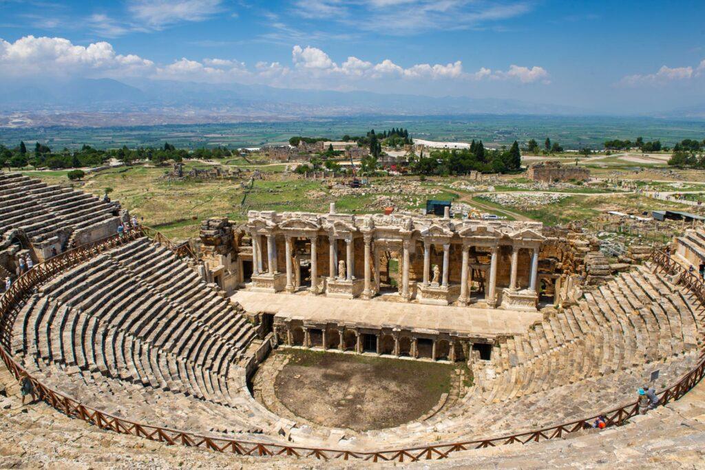 Ruiny Hierapolis i widok na Pamukkale